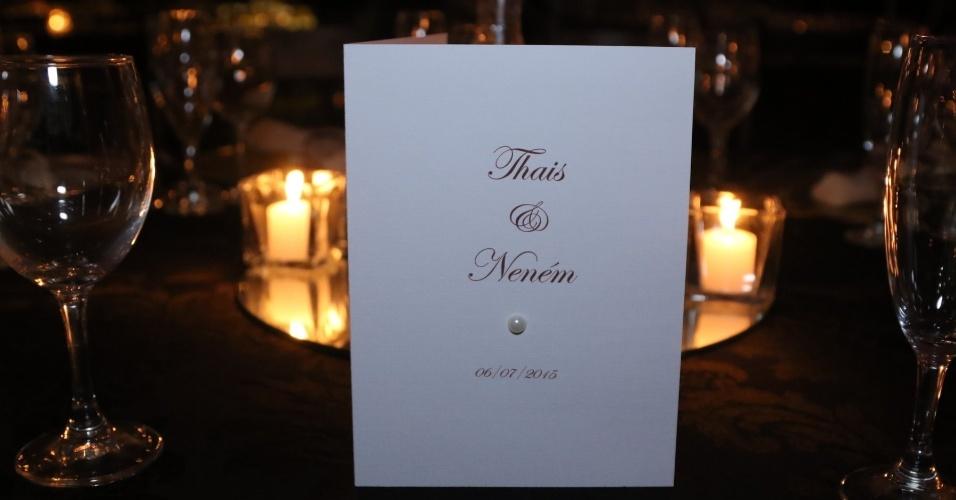 6.jun.2015- Detalhe do menu na mesa com os nomes das noivas e uma pérola