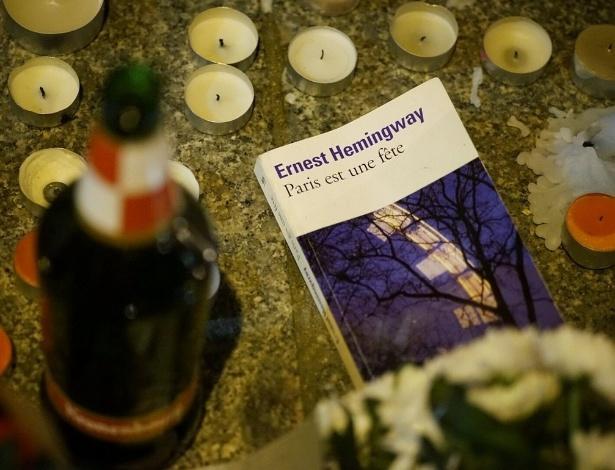 """Cercada de velas, cópia de """"Paris É uma Festa"""" é deixada em bar alvo de atentados - Reprodução/Twitter/Pierre Tremblay"""