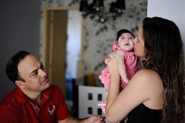 Casal Luciano e Suzana com a filha Ana Laura, que tem microcefalia