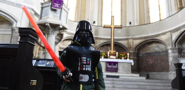 20.dez.2015 - Fiel usa máscara de Darth Vader na igreja protestante de Sião, na bairro de Mitte, em Berlim - AFP / TOBIAS SCHWARZ