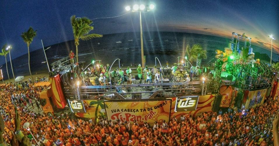 Multidão acompanha trio Cocobambu, de Wesley Safadão, em Salvador