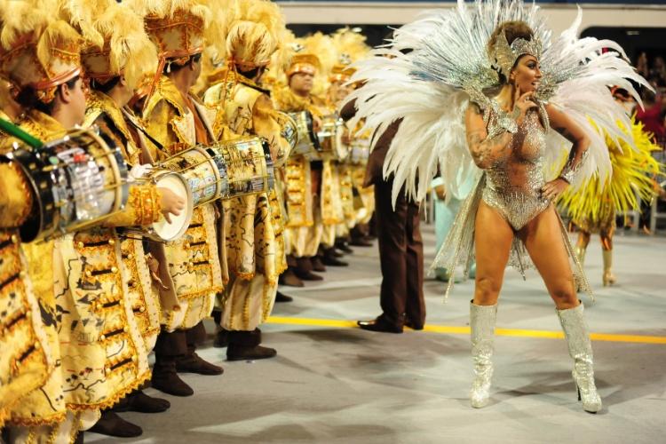 6.fev.2016 -  Dani Bolina, madrinha de bateria, não desfilaria pela Unidos de Vila Maria, mas foi convencida a entrar na avenida com fantasia batizada de Rainha das Águas