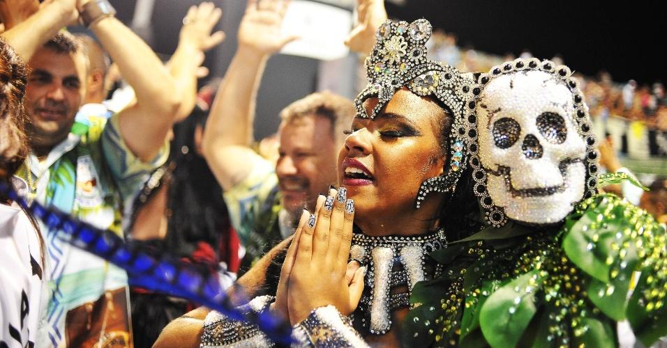 6.fev.2016 - Integrantes comemoram o fim do desfile da Unidos de Vila Maria, que aconteceu na madrugada deste sábado