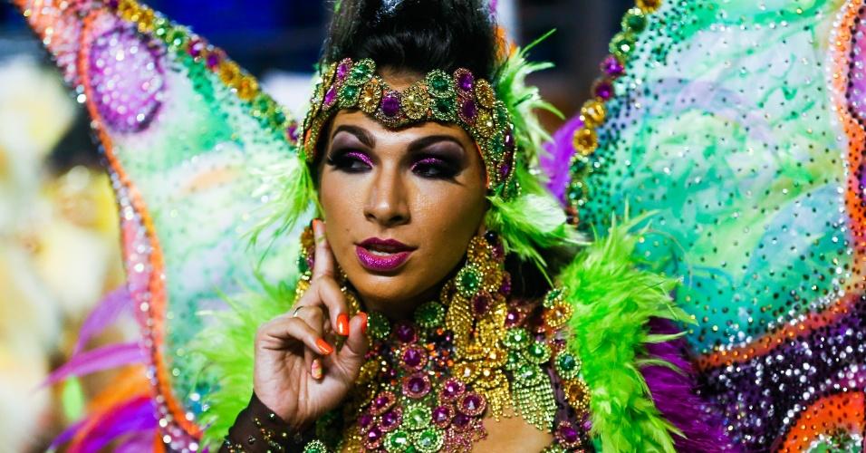 07.fev.2016 -  A rainha de bateria Aline Oliveira usou fantasia representando o vento. Asas multicoloridas e muitas penas davam movimento ao traje usado pela passista