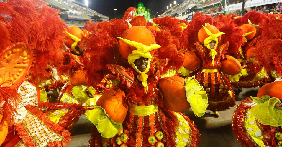 9.fev.2016 - Integrante da escola de samba Imperatriz Leopoldinense participa do desfile da madrugada desta terça-feira