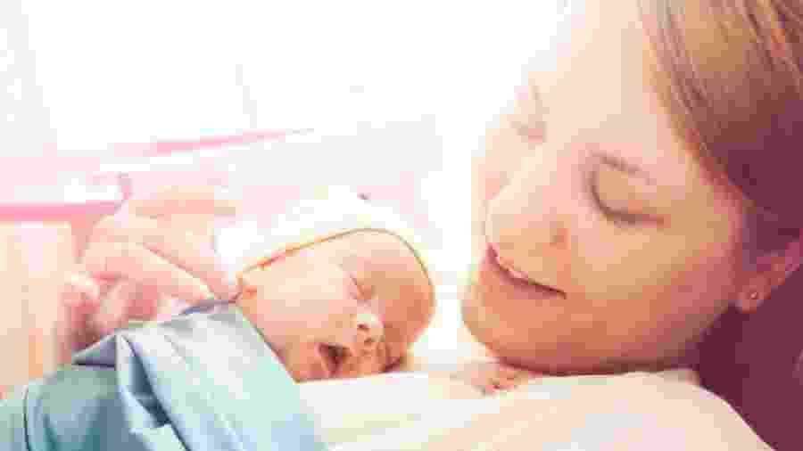 Contato prolongado entre a pele da mãe e do bebê é considerado método eficaz para recuperação de prematuros - Getty Images
