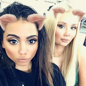 """Anitta e Iggy Azalea posam juntas em Los Angeles, onde gravam juntas a música """"Switch"""""""