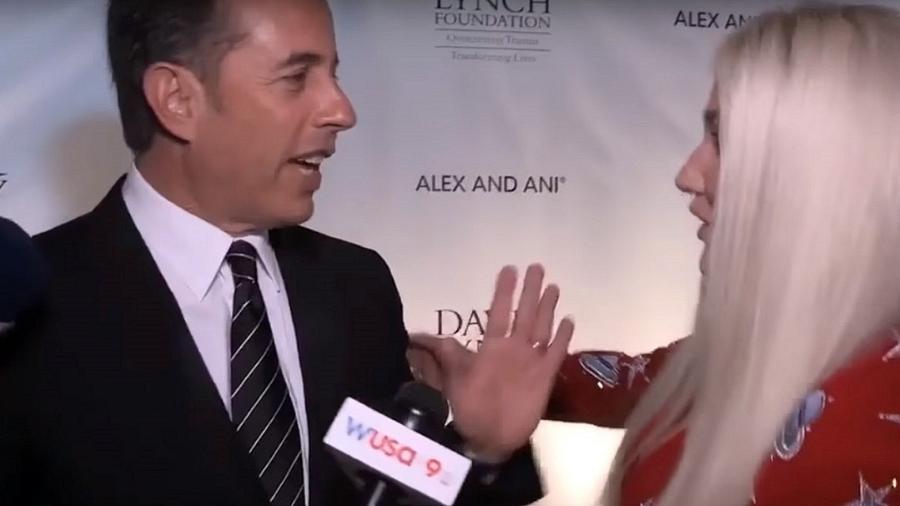 Seinfeld e Kesha em um dos momentos mais constrangedores de 2017  - Reprodução