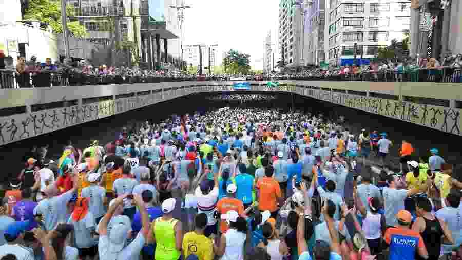 31.dez.2016 - Milhares de corredores passam pela Av. Paulista em São Paulo durante 92ª edição da corrida internacional de São Silvestre - Levi Bianco/Brazil Photo Press