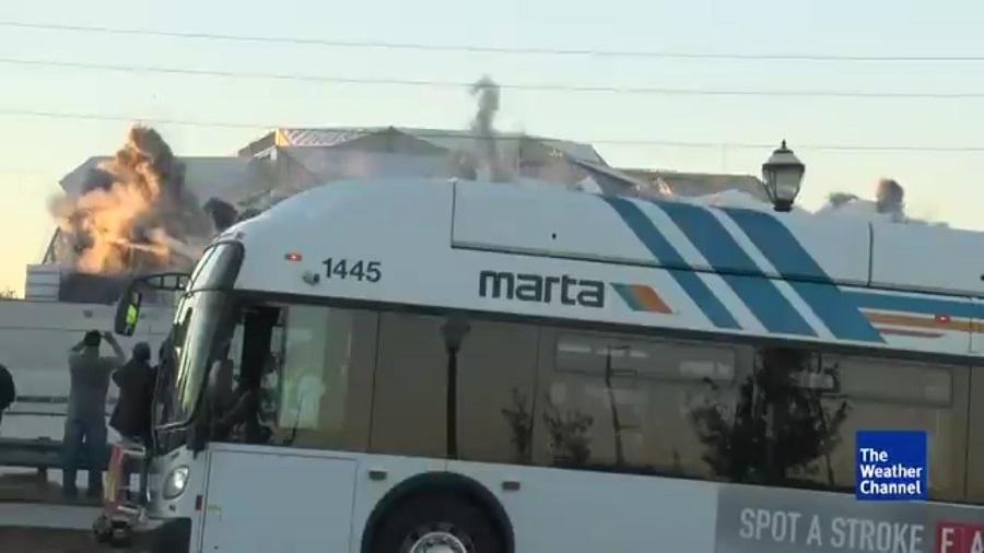 """Ônibus """"invade"""" transmissão de implosão de estádio em Atlanta (EUA) - Reprodução/Twitter"""