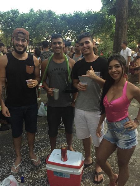 Amigos levam cooler com cerveja para se divertir no bloco Orquestra Voadora, no Rio -  Giovani Lettiere/UOL
