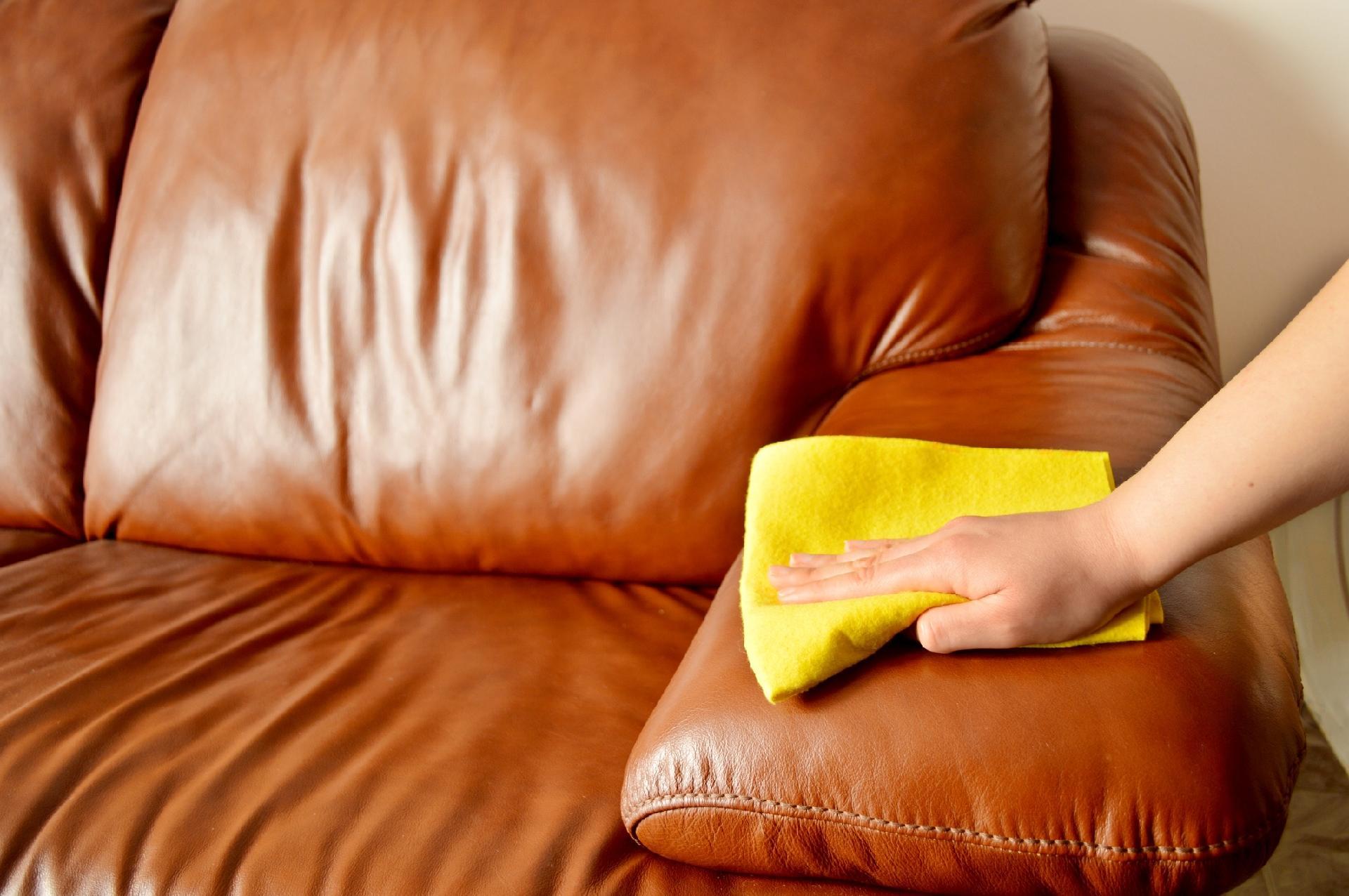 5abffd9e2 Couro natural e sintético: como limpar sapatos, bolsas, roupas e sofás -  01/03/2018 - UOL Universa