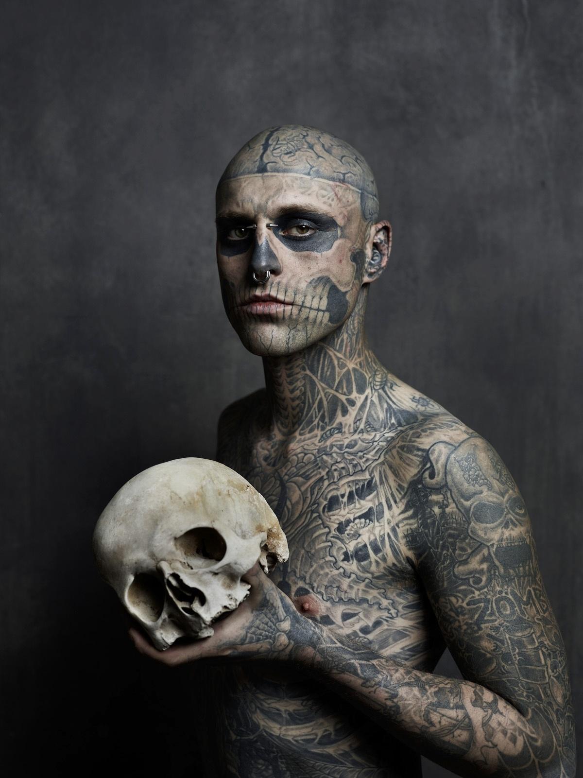 Cantor Todo Tatuado Brasileiro zombie boy, modelo tatuado de clipe de lady gaga, morre aos
