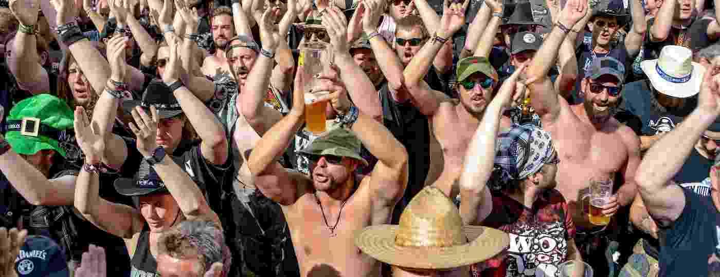 Público se diverte no Wacken Open Air, na Alemanha - AFP PHOTO/dpa/Axel Heimken