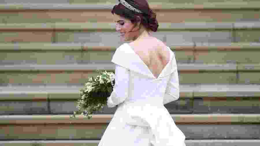 Princesa Eugenie de York chega para a cerimônia de casamento, no Castelo de Windsor, com as costas à mostra - EPA