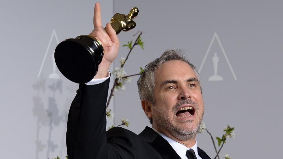"""Alfonso Cuarón com o Oscar de melhor direção por """"Gravidade"""" - Joe KLAMAR / AFP"""
