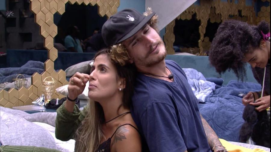 Carolina e Alan brincam no quarto Ouro - Reprodução/GloboPlay