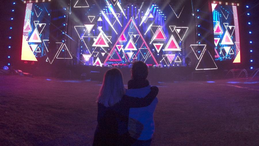 Sandy e Junior observam o palco montado do show da turnê Nossa História - César Ovalle/Divulgação
