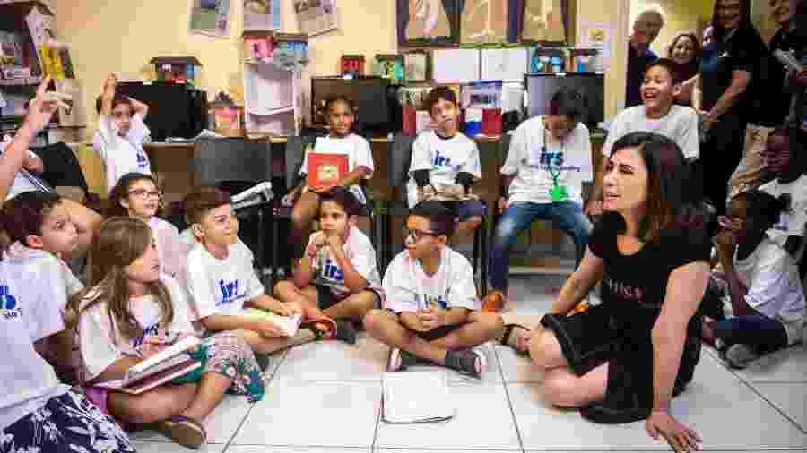 Fernanda Torres, uma das mobilizadoras do Criança Esperança, em visita a uma instituição apoiada pela campanha no Rio  - João Cotta/ TV Globo