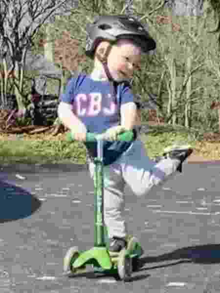 Com apenas dois anos, ele conquistou a web pelo jeito atrevido como anda de patinete - Reprodução / Instagram