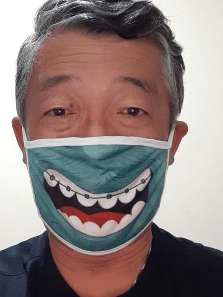 O feirante Sérgio Koga com máscara que recebeu do projeto - Arquivo Pessoal