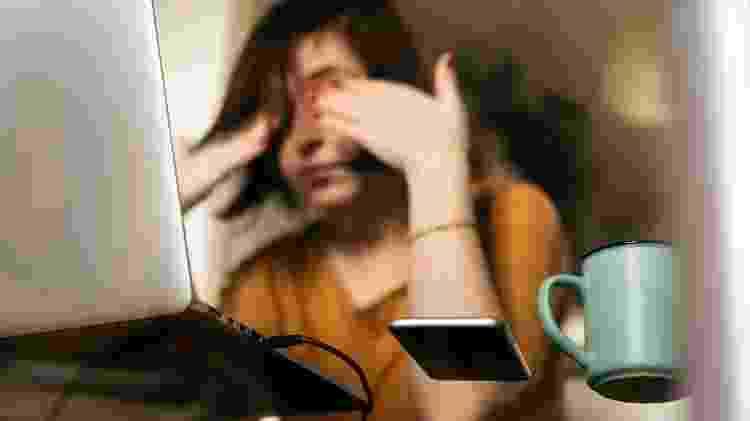 Mulher cansada; trabalho; exausta - Getty Imagens - Getty Imagens