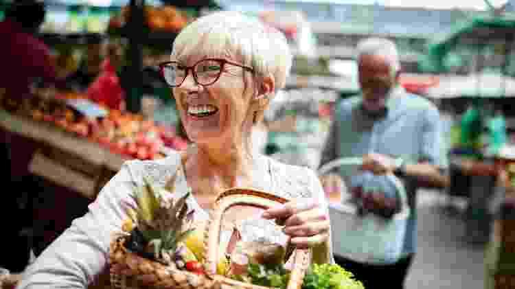 Mulher mais velha fazendo feira, comprando legumes, idosa, terceira idade - iStock - iStock