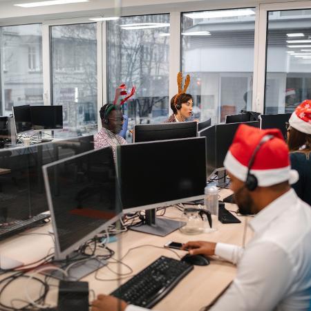 Trabalhadores de Call Center no Natal - iStock