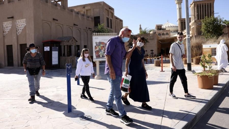 Turistas circulam no bairro histórico de Al-Fahidi, em Dubai - Karim Sahib/AFP