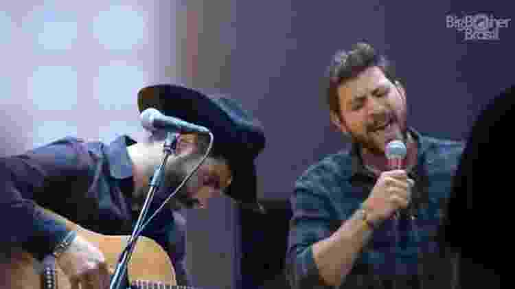 BBB 21: Rodolffo e Caio cantam durante festa - Reprodução/Globoplay - Reprodução/Globoplay