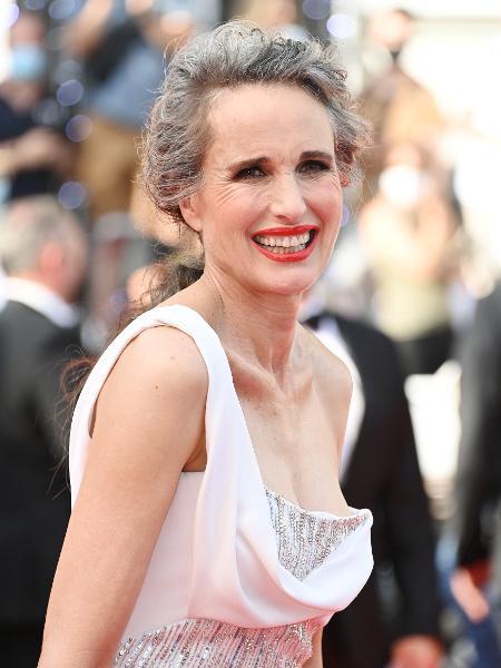 Andie Macdowell, de 63 anos, desfilou no tapete vermelho de Cannes os cabelos grisalhos, crespos e longos. Estava linda e radiante.  - Getty Images