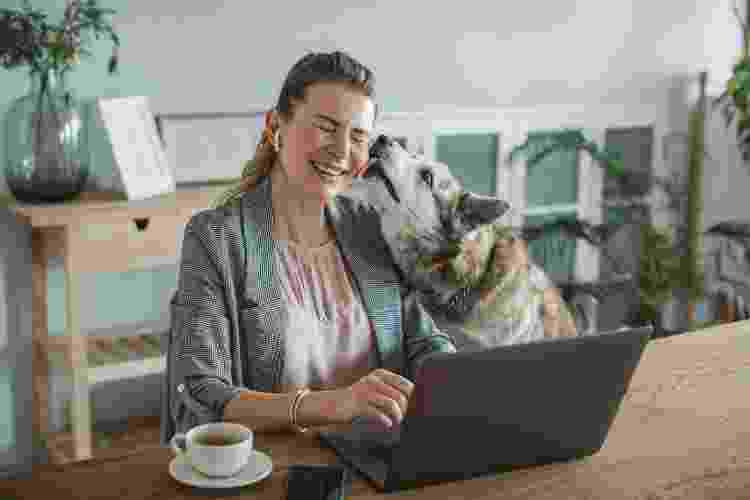 Cachorro lambe o rosto da dona - Getty Images - Getty Images