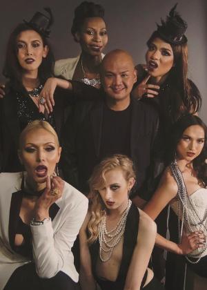 Cecilio Asuncion, diretor do braço norte-americano da Apple Models Management, e seu casting de modelos trans - Reprodução/Advocate