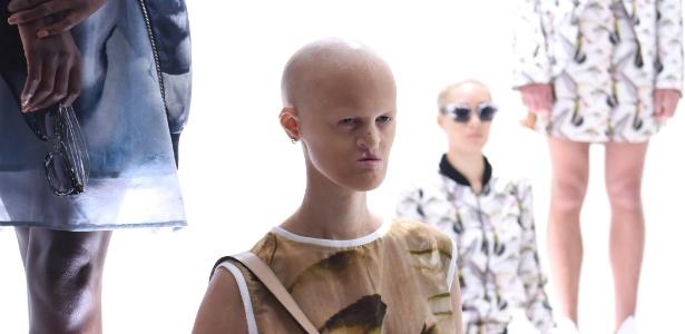 11.set.2015 - A modelo Melanie Gaydos veste um modelo Mr. Shaun Ross em Nova York - Getty Images