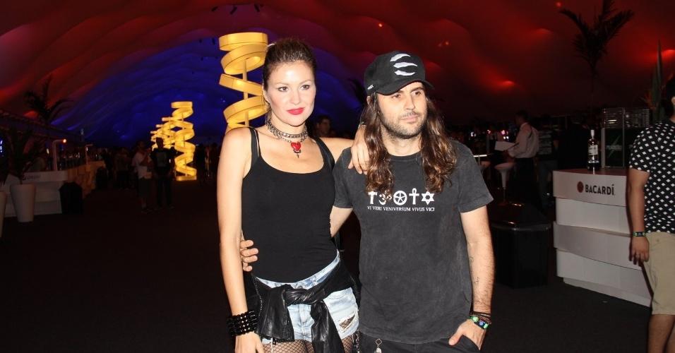 25.set.2015 - Elle Jabour chega para o quinto dia de Rock in Rio ao lado do namorado, Jonathan Corrêa