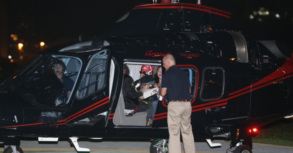 26.set.2015 - Rihanna embarca em helicóptero na Lagoa para ir à Cidade do Rock