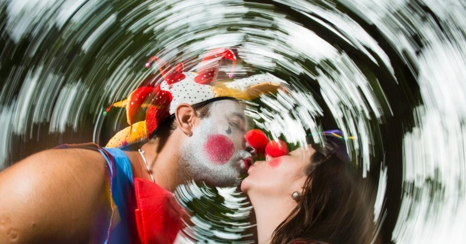 07.fev.2016 - Pierrot e Colombina se conheceram no carnaval e há 4 anos vem prestiar o Bangalafumenga, que completa 18 anos.
