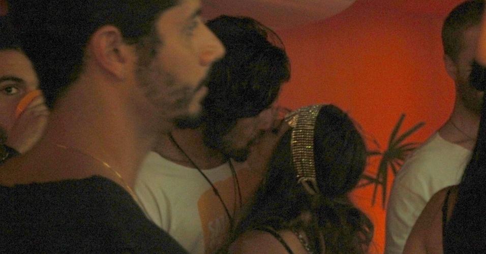 6.fev.2016 - Giovanna Lancelotti beija o namorado, Gian Luca, irmão de Giovanna Ewbank, no camarote da Sapucaí, durante a segunda noite de desfiles do grupo de acesso