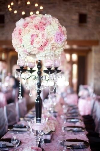 Os candelabros decorados com cristais serviram de suporte para delicados arranjos florais, usados como centro de mesa neste chá de bebê inspirado na cidade de Paris