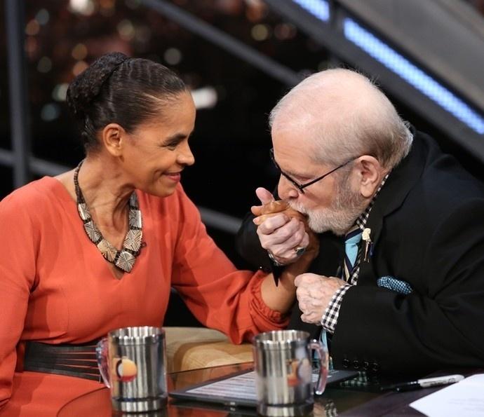 28.mar.2016 - Jô Soares beija a mão de Marina Silva, primeira entrevistada da última temporada do