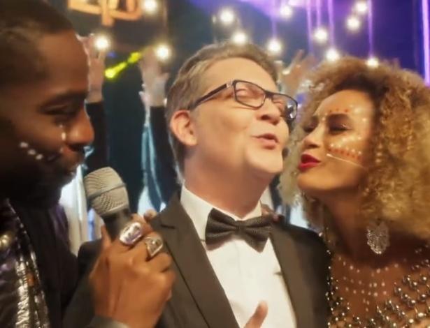 "Brau (Lázaro Ramos), Gomes (Kiko Mascarenhas) e Michele (Taís Araújo) cantam juntos em ""Mister Brau"" - Reprodução/TV Globo"