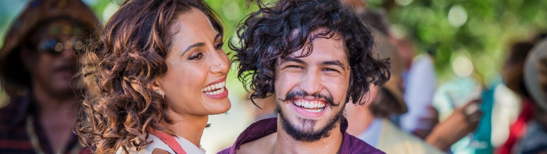 29.abr.2016 - Miguel (Gabriel Leone) e a mãe, Tereza (Camila Pitanga), se divertem na festa em homenagem ao rapaz, em Grotas do São Francisco