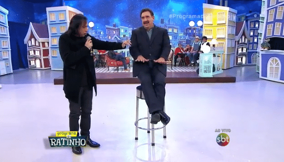 23.jun.2016 - Ratinho levita durante o seu programa