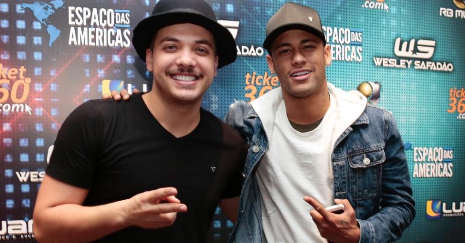 8.jul.2016 - De férias no Brasil, Neymar prestigiou o show de Wesley Safadão no Espaço das Américas, em São Paulo, na noite desta sexta-feira. O atacante do Barcelona está na lista dos jogadores que irão representar o Brasil nas Olimpíadas