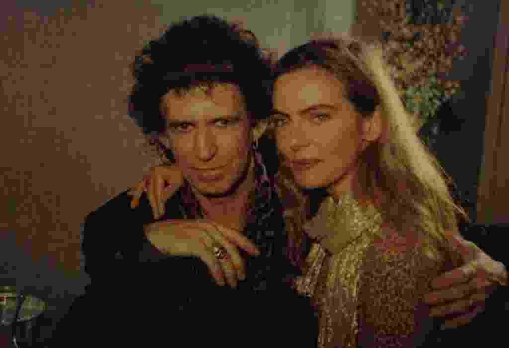 """Keith Richards, guitarrista da banda Rolling Stones, posa ao lado de Bruna Lombardi, após entrevista no programa """"Gente de Expressão"""", em 1993 - Tadeu Jungle/Divulgação"""
