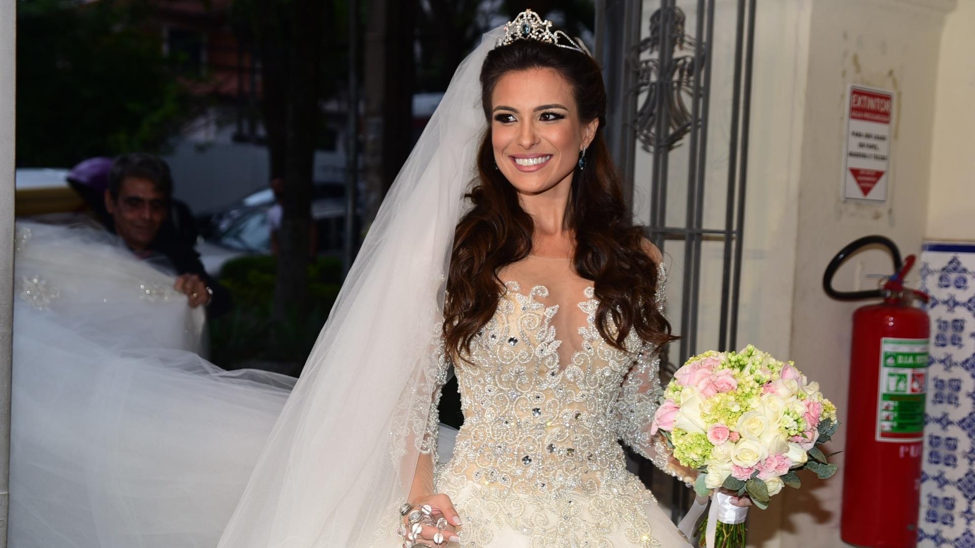 4.set.2016 - Kamilla Salgado chega à igreja para seu casamento com Eliéser Ambrósio. Os ex-BBBs se conheceram na 13ª edição do reality show e estão casados no civil desde 16 de julho