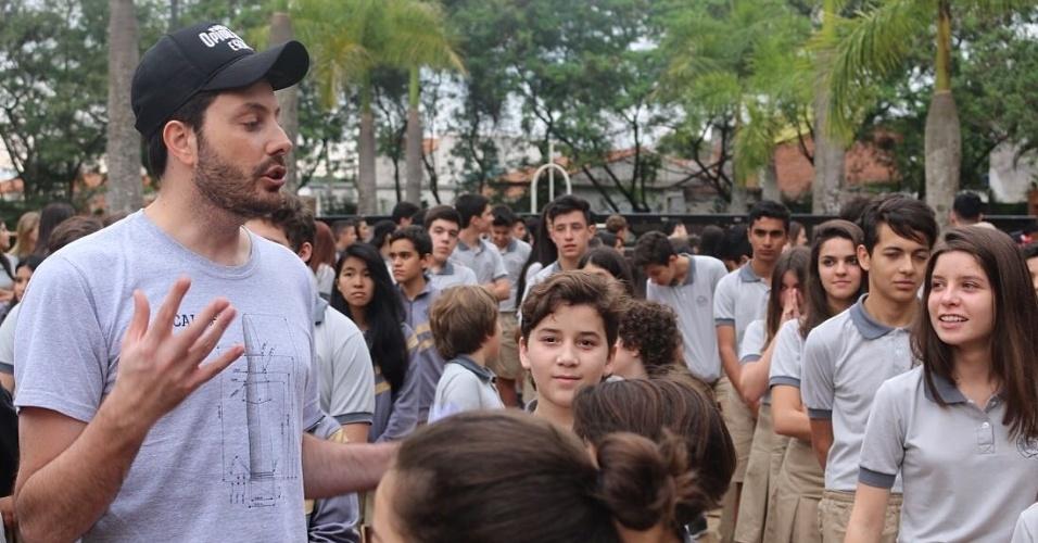Danilo Gentili comanda crianças nos bastidores de gravação do filme
