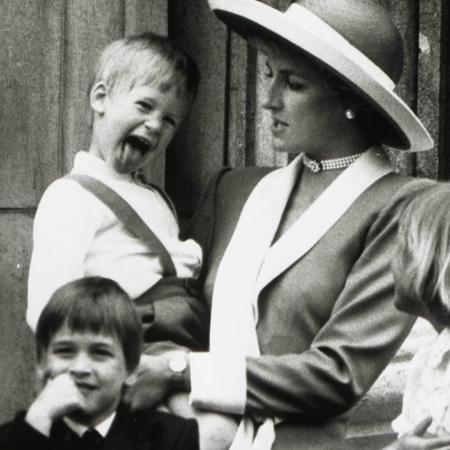 A princesa Diana com o príncipe Harry no colo e o filho mais velho, o príncipe William - Reuters