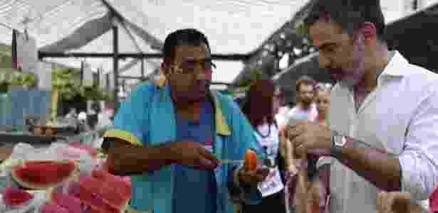O americano Seth Kugel degusta algumas frutas suculentas em feira paulistana - Arquivo pessoal - Arquivo pessoal