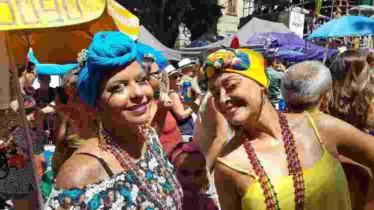 """19.fev.2017 - As amigas Pedrita (de azul) e Ana Paula se inspiraram na Viúva Porcina, de """"Roque Santeiro"""", para o bloco Fogo e Paixão, no Rio - Ana Paula Bazolli/UOL - Ana Paula Bazolli/UOL"""